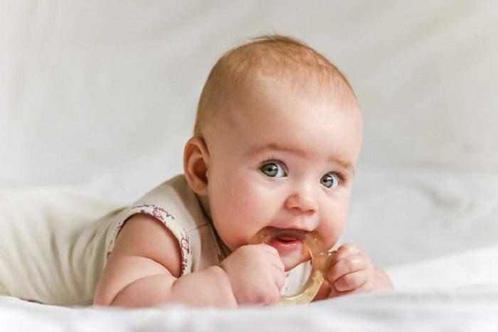 Чем помазать десны ребенку когда режутся зубы